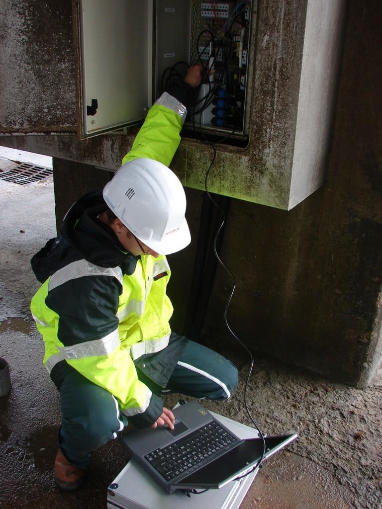 Expert en corrosion lors d'une intervention terrain